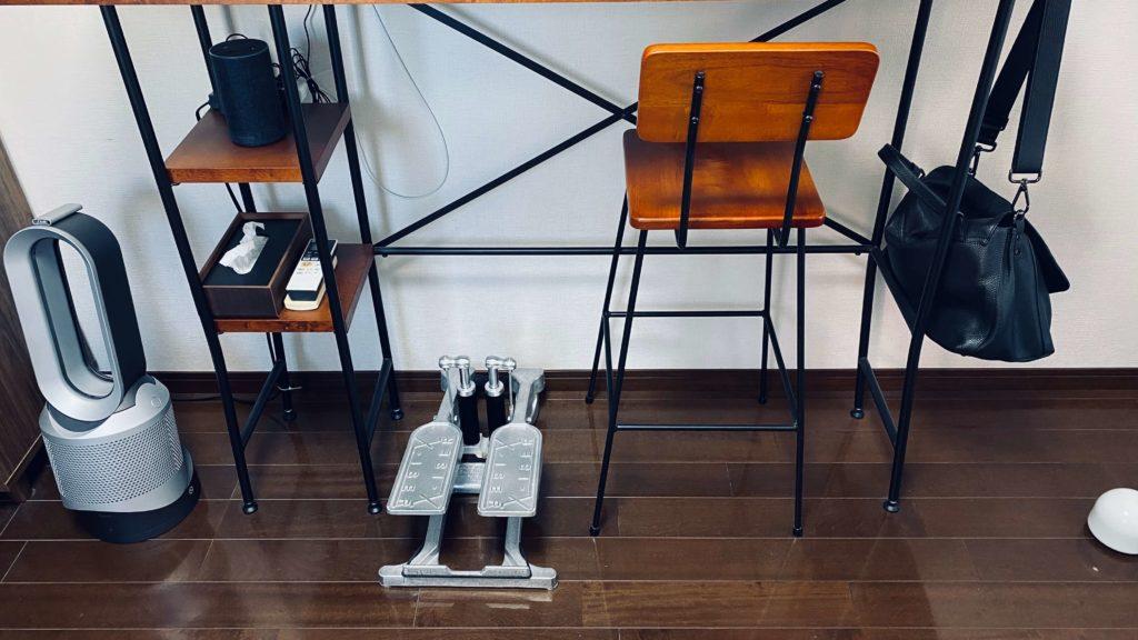 スタンディングデスク下のステッパーと椅子