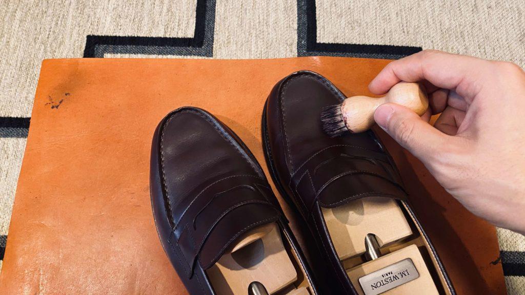 靴にシュークリームを付ける