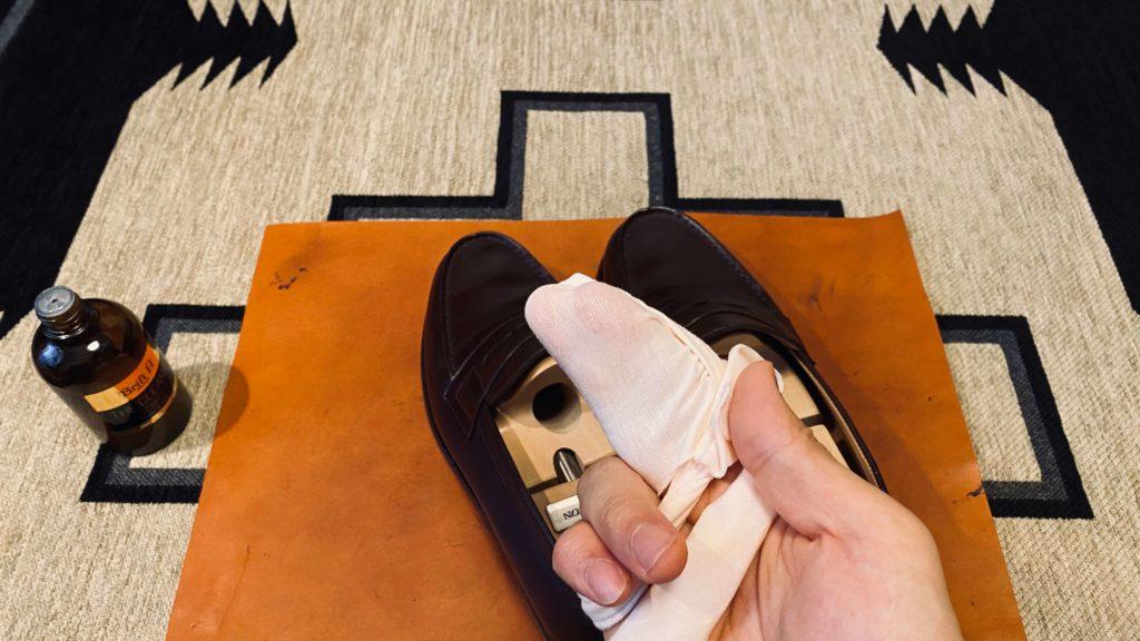 靴の汚れを落とす