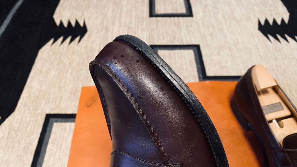 酒が飛び散った靴の表面横から