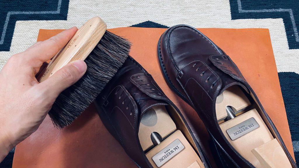 靴磨き_ブラシで埃落とす