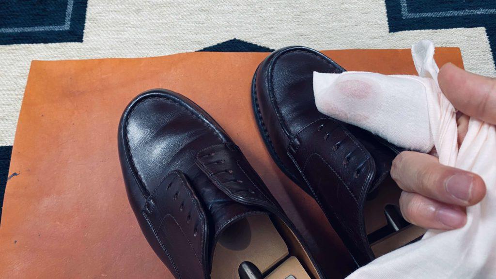 靴磨き_クリーナーで汚れ落とす