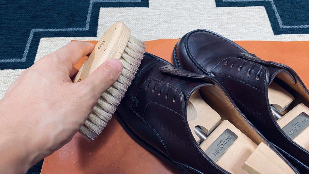 靴磨き_ブラシで磨く