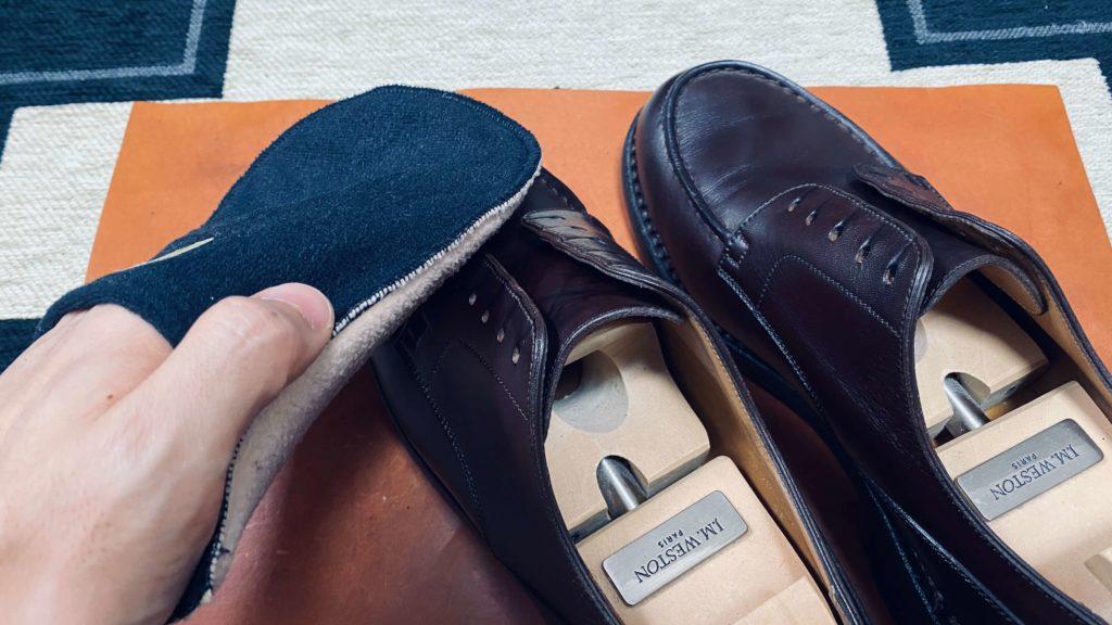 靴磨き_クロスで磨く