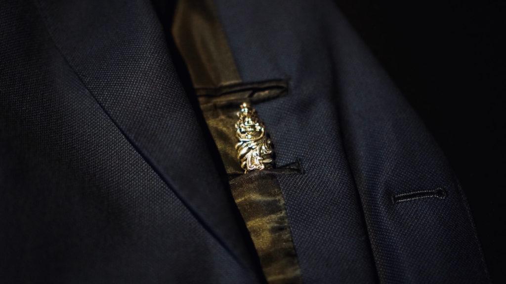 アンティークシューホーンをジャケット内ポケットに入れる