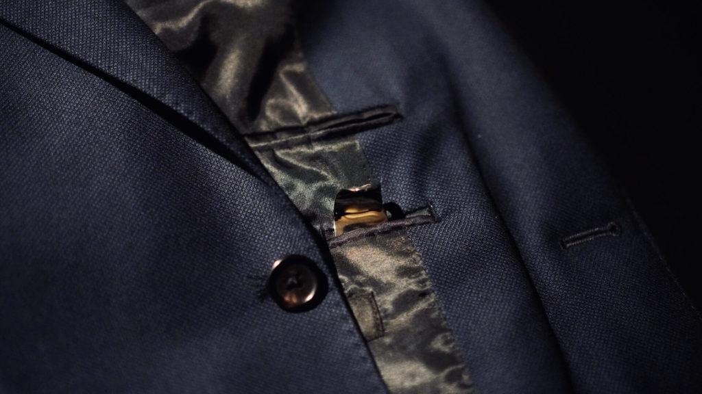 サフィールのシューホーンをジャケットの内ポケットに入れる