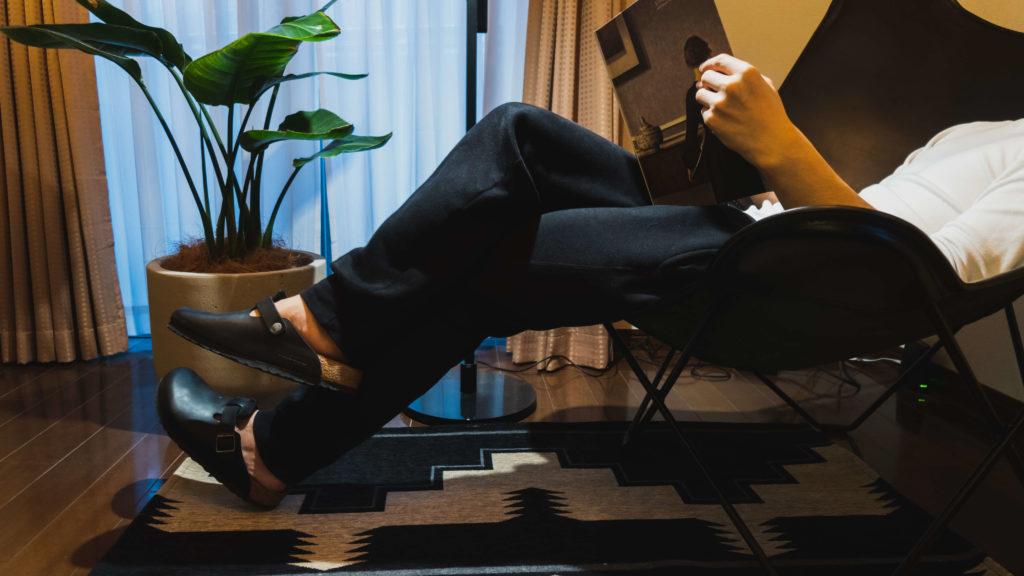 BKFチェアに座りながら読書