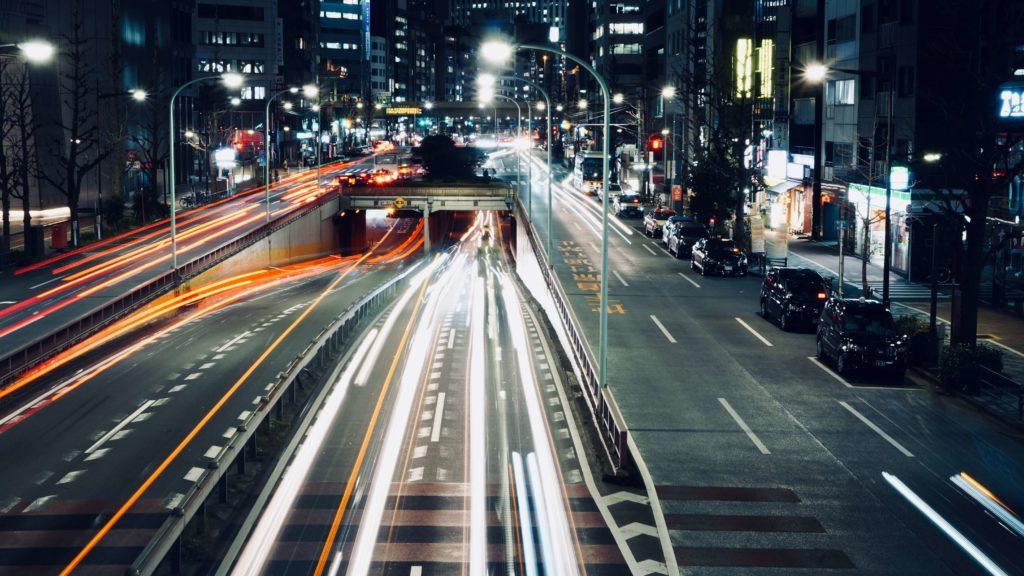 歩道橋から撮った夜の道路