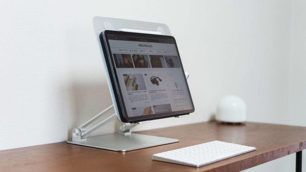 デスクの上のiPadとキーボード