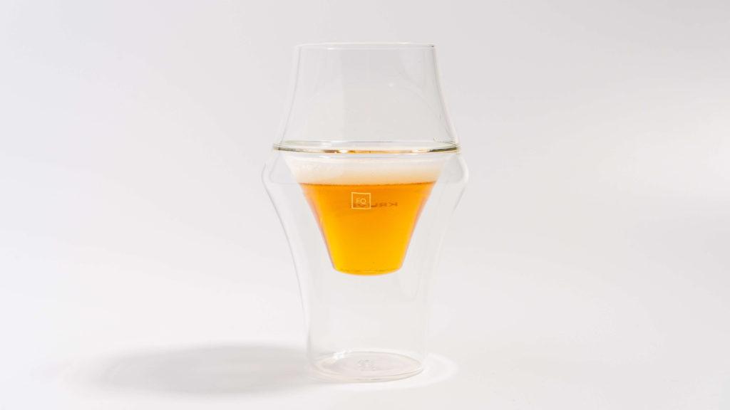 KRUVEグラスEXCITEにビールを注ぐ