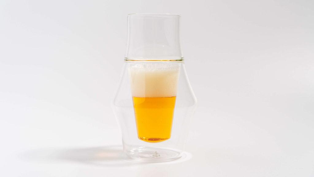 KRUVEグラスINSPIREにビールを注ぐ
