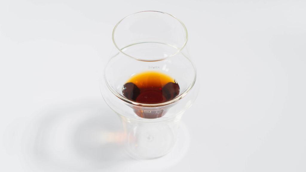 KRUVEグラスEXCITE少量のコーヒー入り