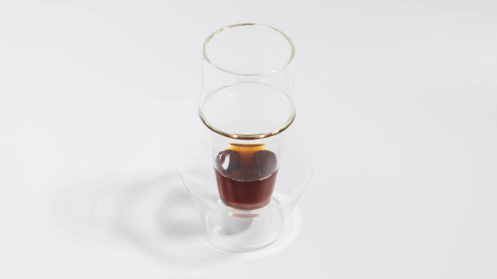 KRUVEグラスINSPIRE少量のコーヒー入り
