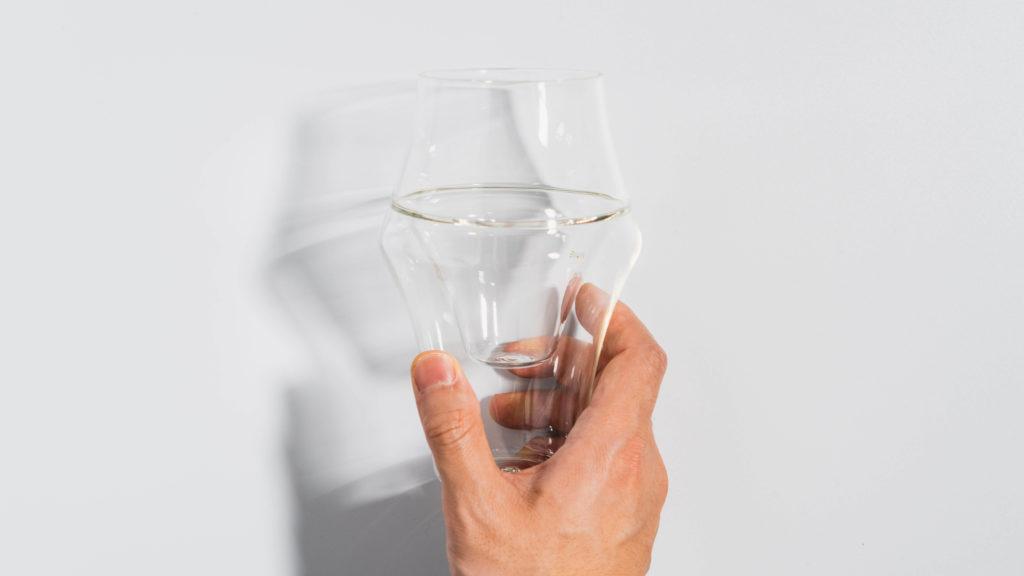 KRUVEグラスEXCITEを手に持ったイメージ