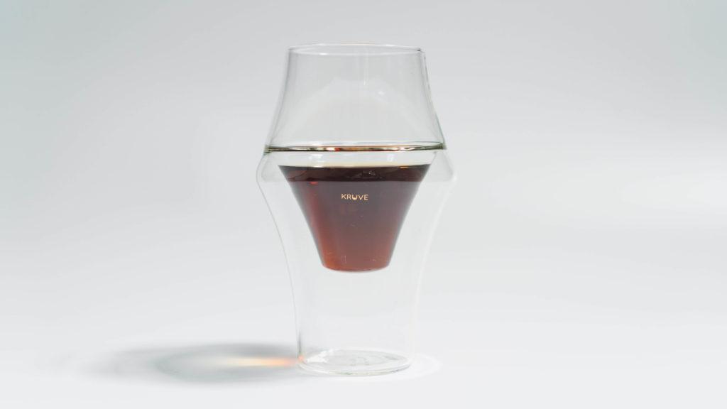 コーヒーを入れたKRUVEグラスEXCITE