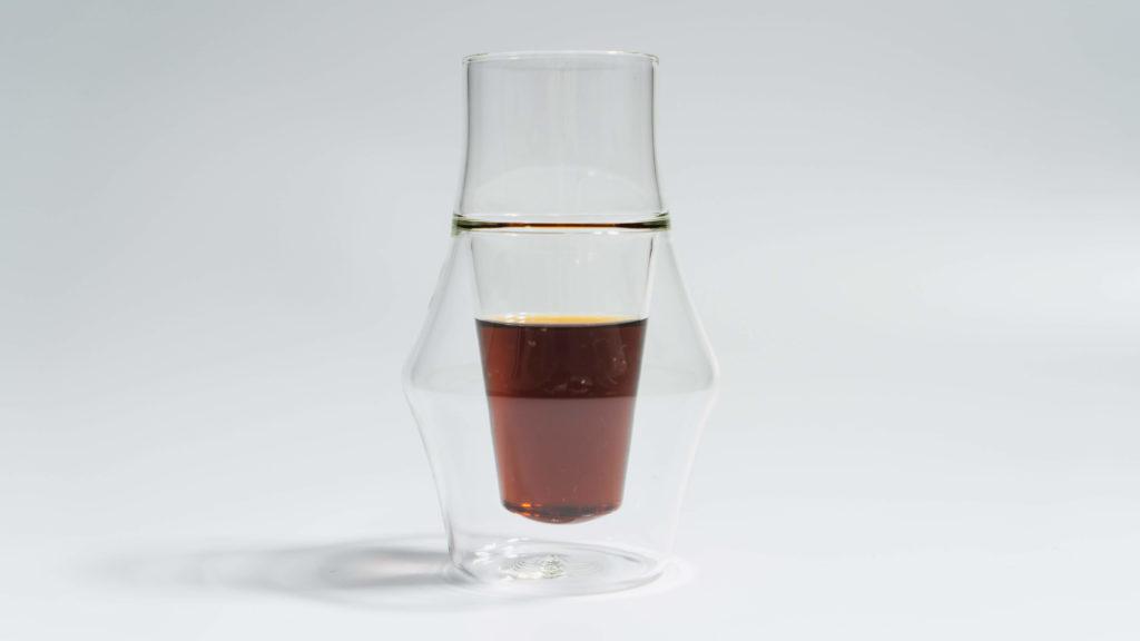 コーヒーを入れたKRUVEグラスINSPIRE