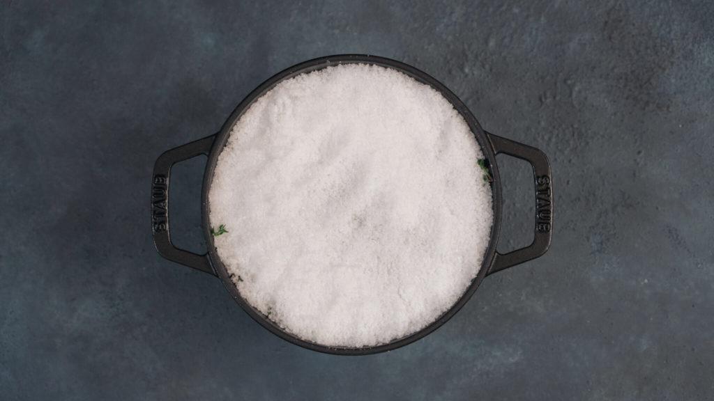 ストウブで塩釜焼き_塩で包む