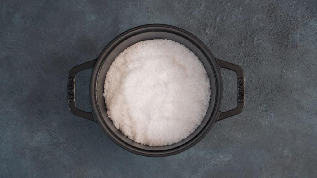 塩を敷き詰める