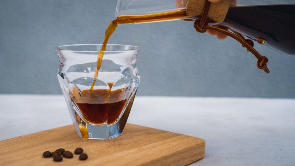 バカラのタリランド_コーヒーを注ぐ