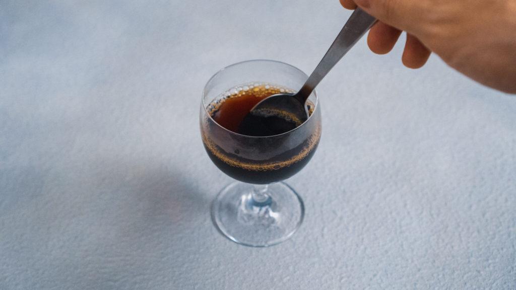 ゼラチンをコーヒーに溶かす