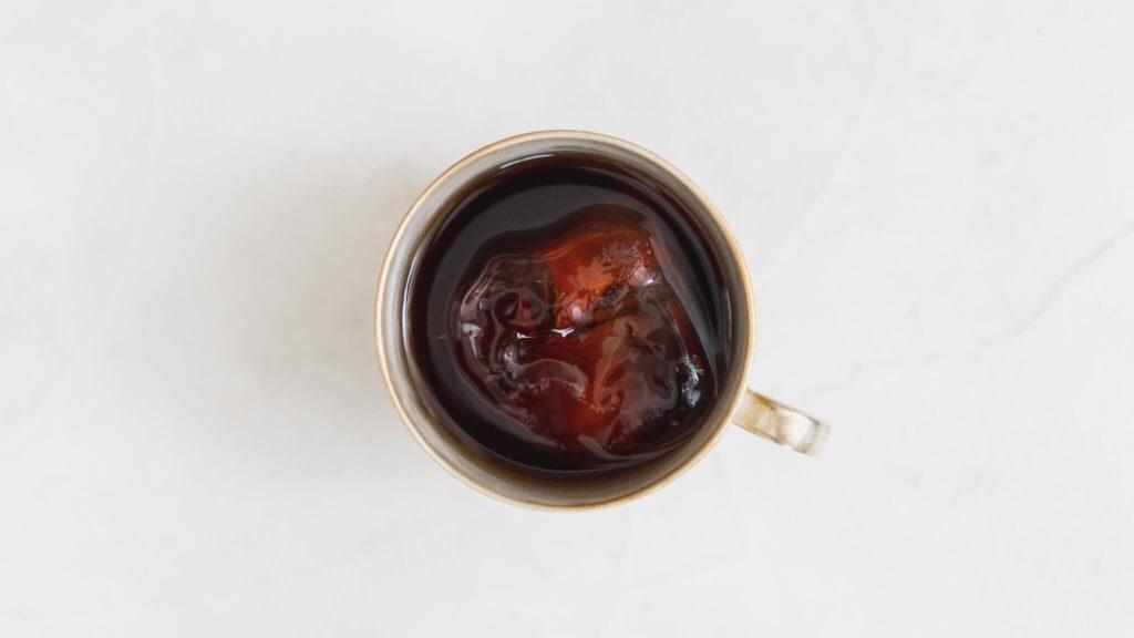 カップに入れた水出しコーヒーを真上から