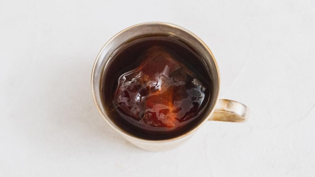 水出しコーヒーをカップに注いで
