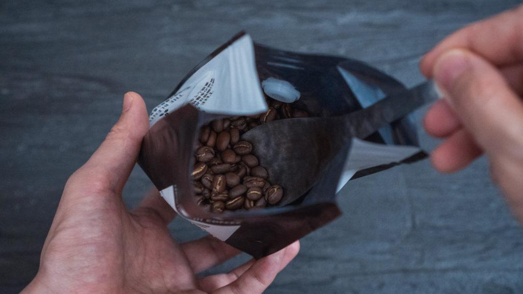 竹俣勇壱のレンゲ_コーヒー豆を掬う1