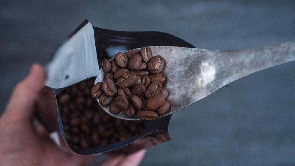 竹俣勇壱のレンゲ_コーヒー豆を掬う2