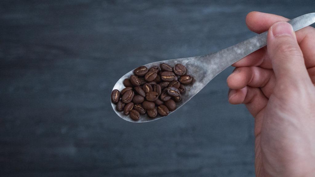 竹俣勇壱のレンゲ_コーヒー豆を乗せて