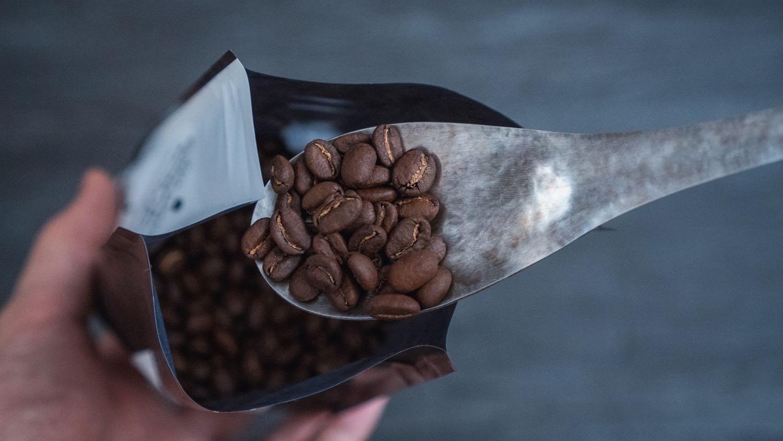 レンゲでコーヒー豆をすくう