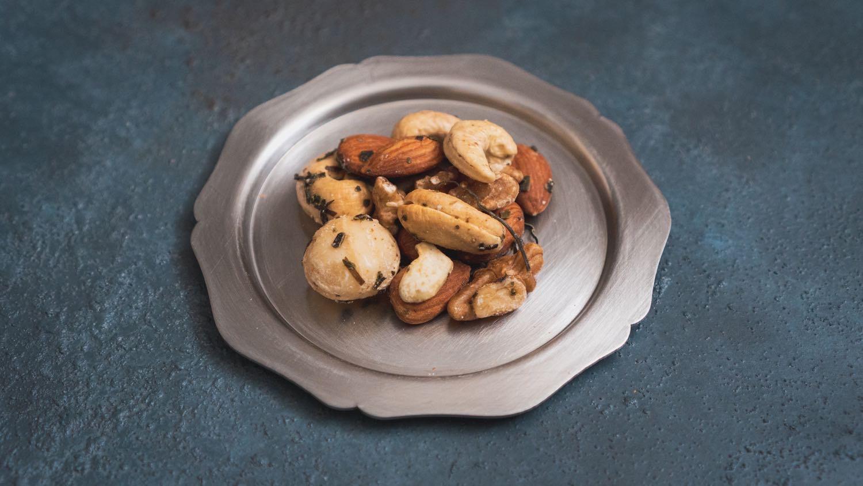 輪花皿に乗せたナッツ