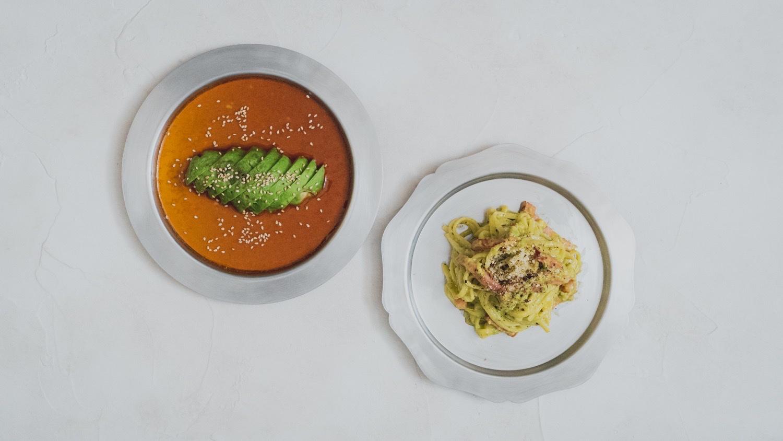 リム皿と輪花皿に料理を乗せる