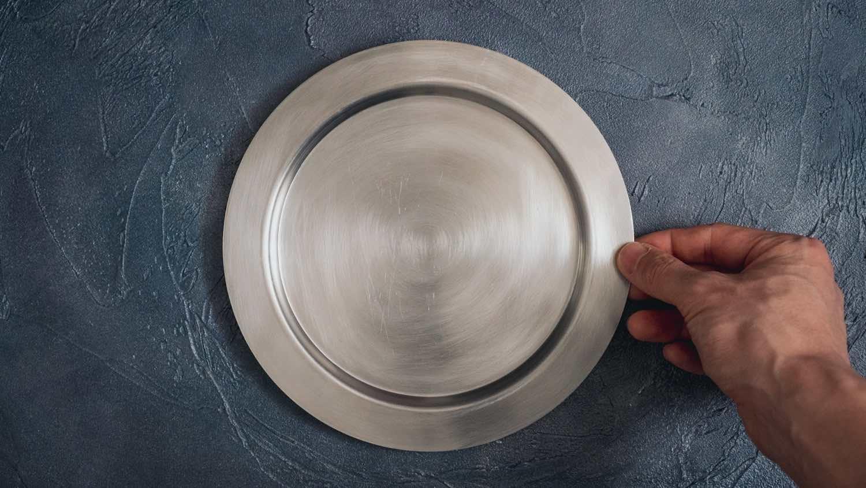 リム皿を手に持つ
