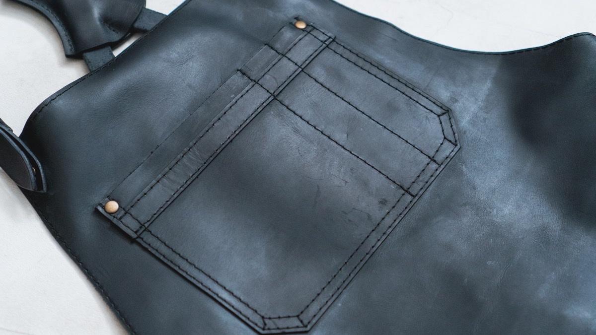 KrukGarageのレザーエプロン 上部ポケット