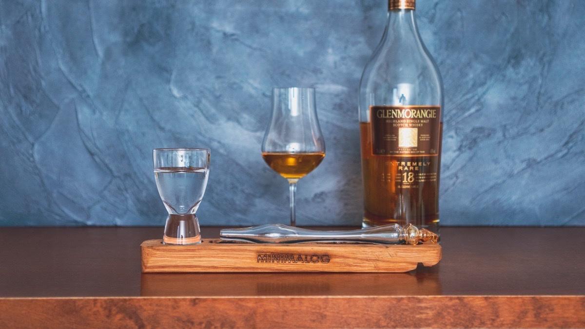 ウイスキーウォータードロッパーとウイスキーを並べて