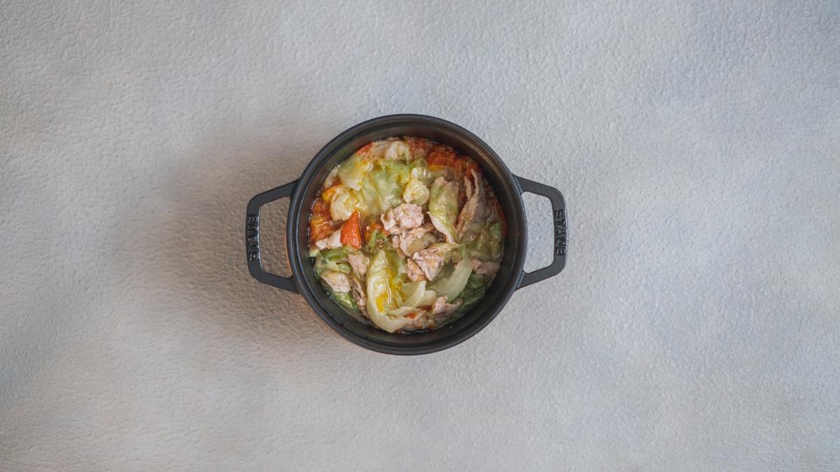 ストウブで作るキャベツと豚バラの蒸し煮