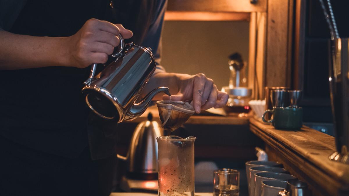 BAR MEIJIUコーヒーを抽出する手元