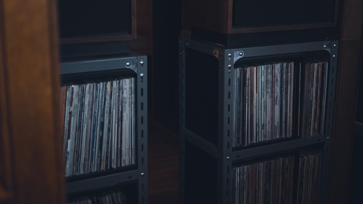 棚に並んだレコード