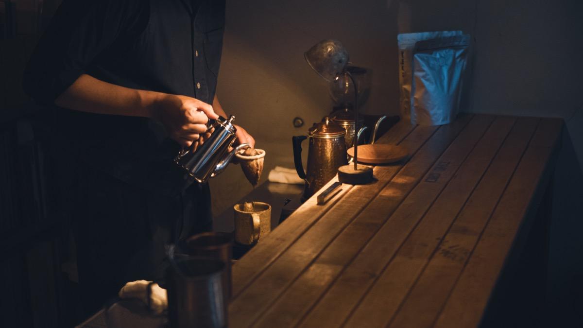 BAR MEIJIUコーヒーを抽出する手元2