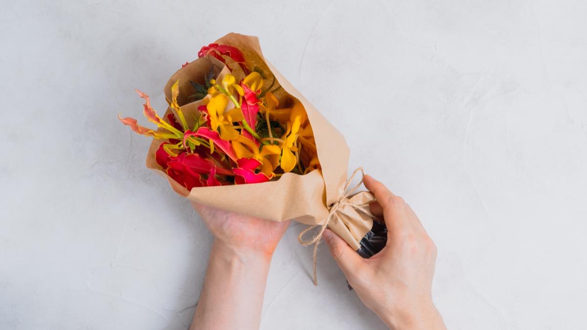 hitohana_花束を手に持つ