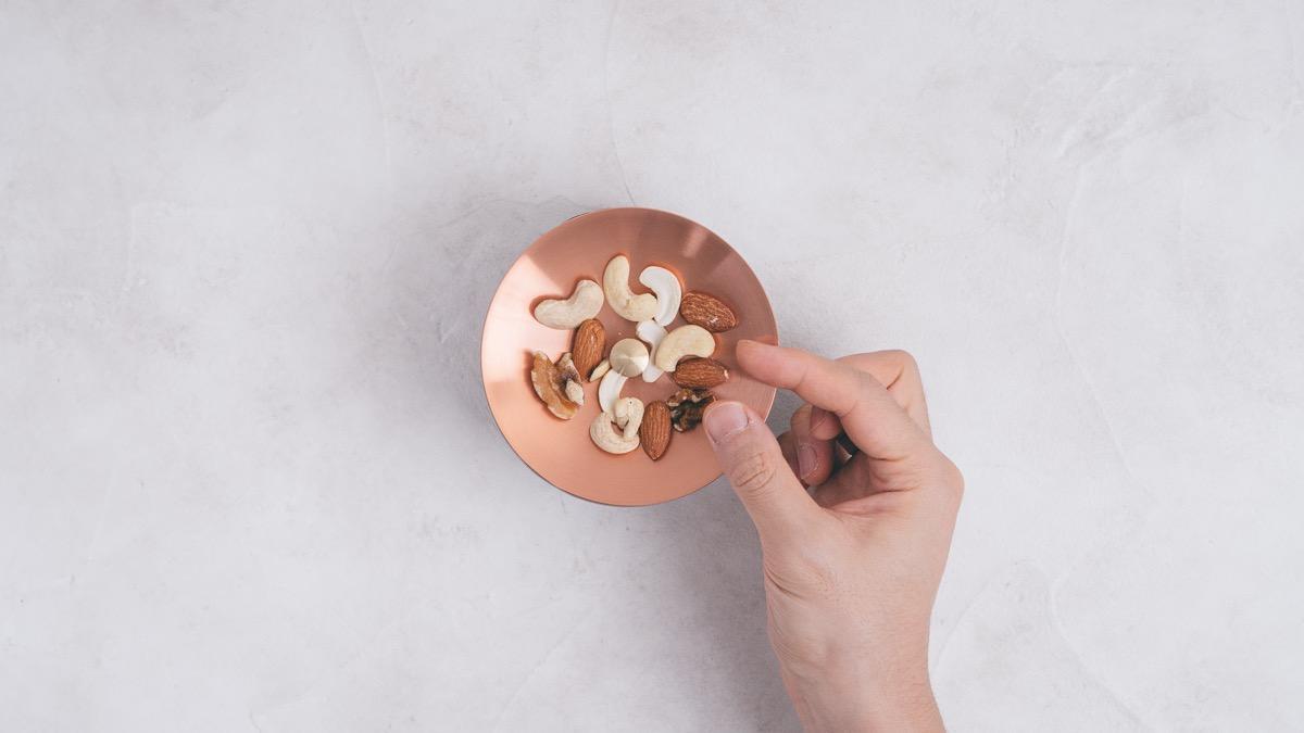 開化堂のナッツ缶にナッツを乗せる