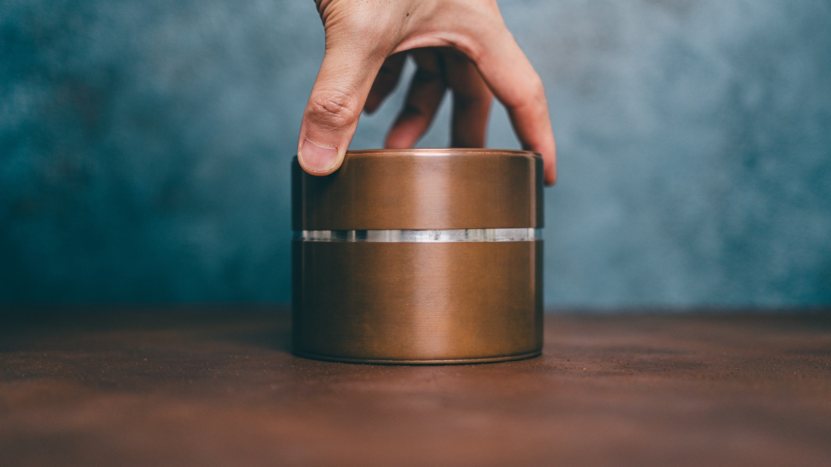 開化堂ナッツ缶の蓋を開ける