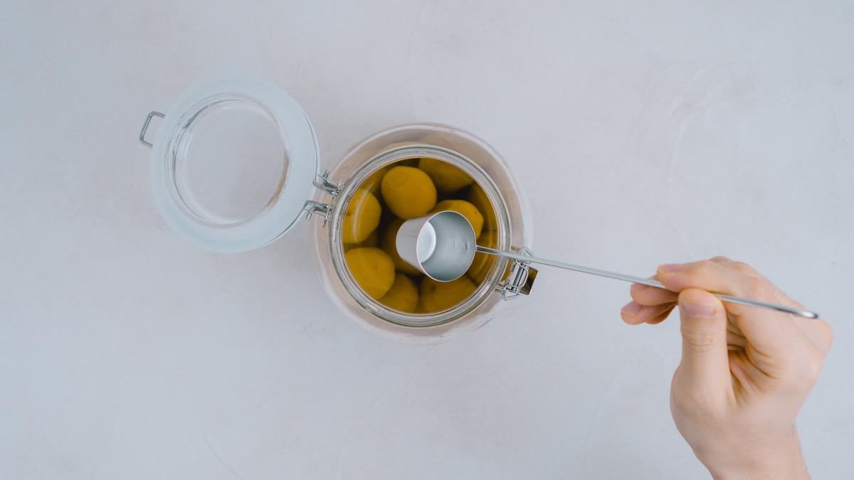 梅酒をすくう写真