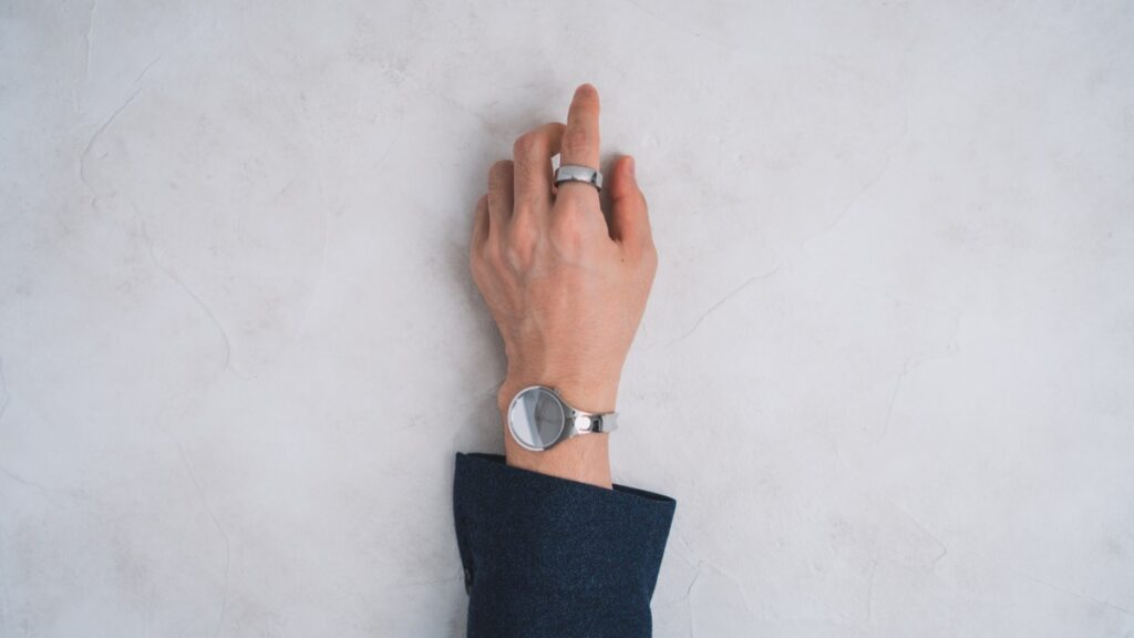 手元と時計と指輪